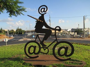 640px-PikiWiki_Israel_32303_The_Internet_Messenger_by_Buky_Schwartz